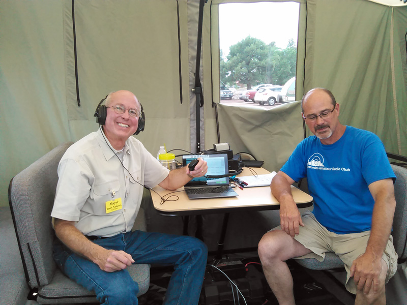 Mayor Nabours (left) discusses amateur radio with CARC vice-president Tom Sheehan.